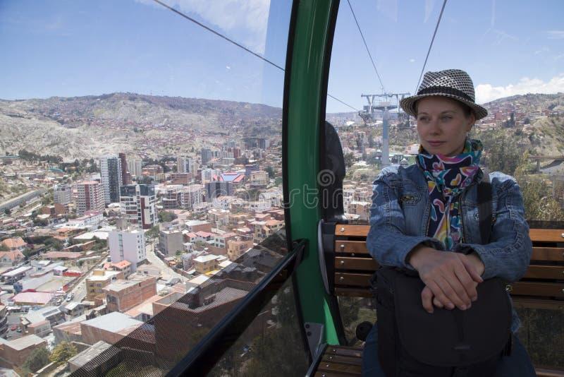 Vrouwentoerist in de auto van La Paz Teleferico Cable, Bolivië royalty-vrije stock foto's