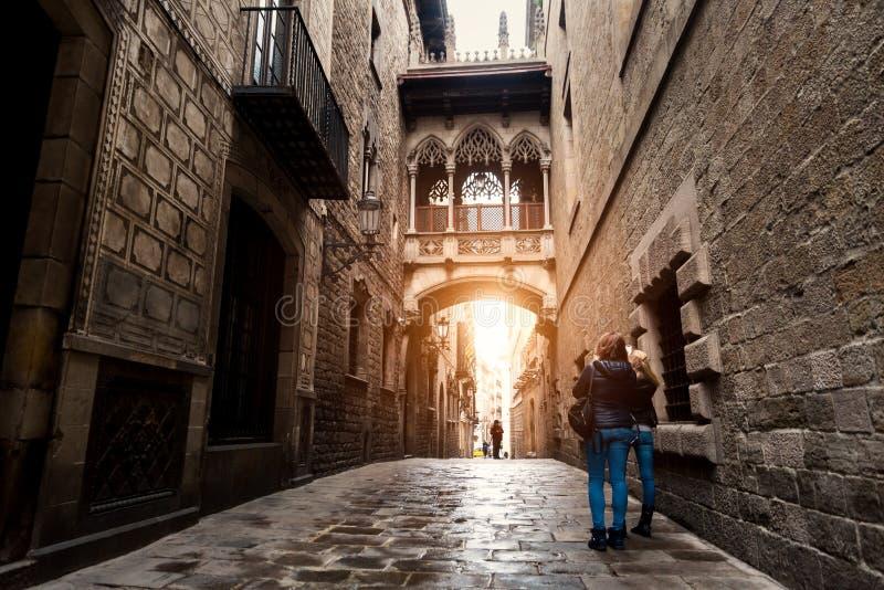 Vrouwentoerist die in Barcelona Barri Gothic Quarter bezienswaardigheden bezoeken en royalty-vrije stock afbeelding