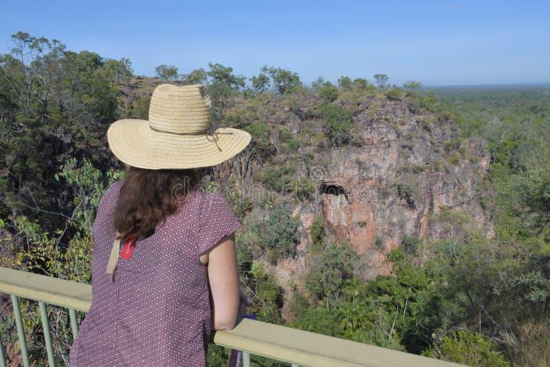 Vrouwentoerist die de landschapsmening bekijken van Nationaal het Park Noordelijk Grondgebied Australië van Litchfield royalty-vrije stock foto's