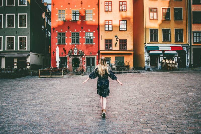 Vrouwentoerist die in de reis van Stockholm sightseeing lopen royalty-vrije stock afbeelding