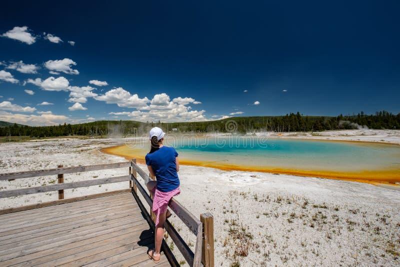 Vrouwentoerist die de thermische lente in Yellowstone overzien stock foto's