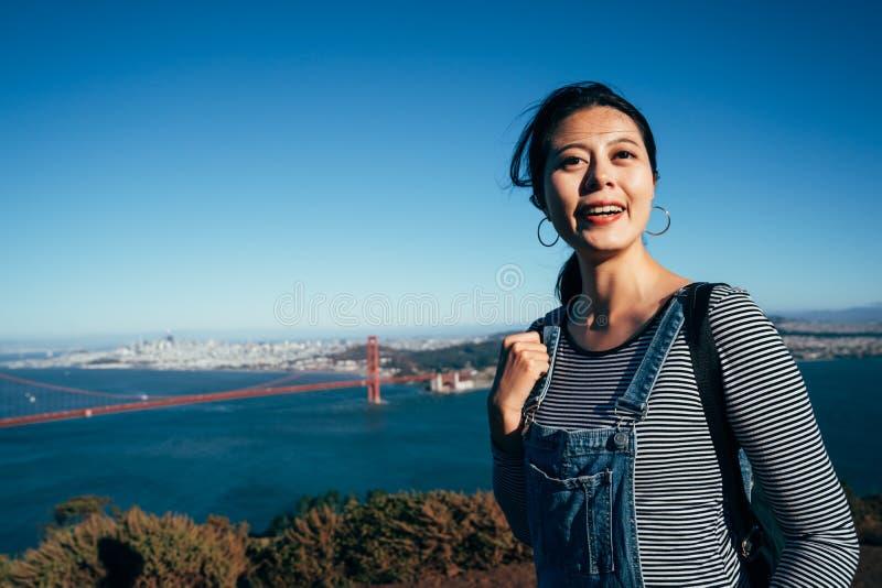 Vrouwentoerist die door Golden gate bridge lachen stock foto's