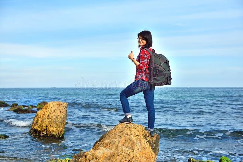 Vrouwentoerist die duim tonen stock fotografie