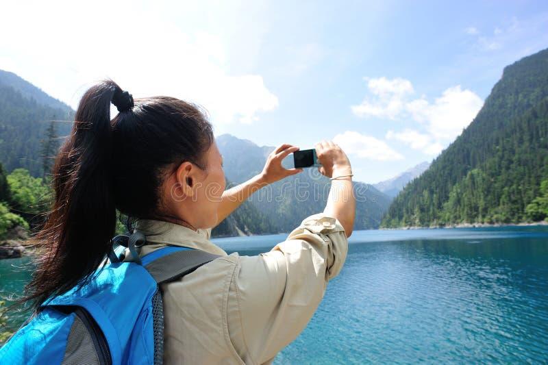 Vrouwentoerist die foto met slimme telefoon nemen stock afbeelding