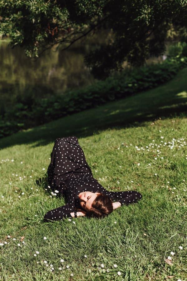 Vrouwentoerist die het groene park van de gazonopen plek rusten royalty-vrije stock foto