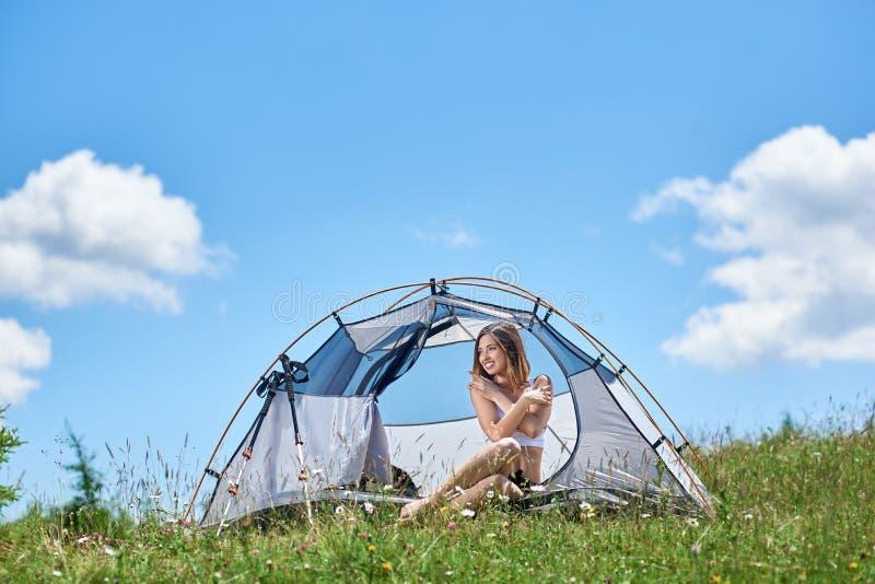 Vrouwentoerist in het kamperen in de ochtend royalty-vrije stock afbeeldingen