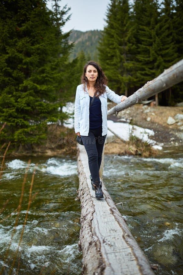 Vrouwentoerist op een houten brug royalty-vrije stock afbeeldingen