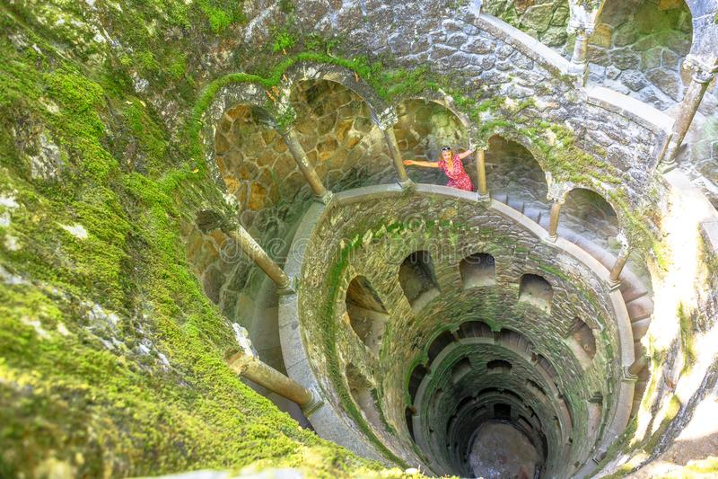 Vrouwentoerist in Sintra royalty-vrije stock afbeeldingen