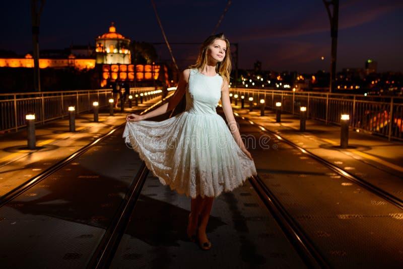 Vrouwentribunes op een brug bij zonsondergang stock fotografie