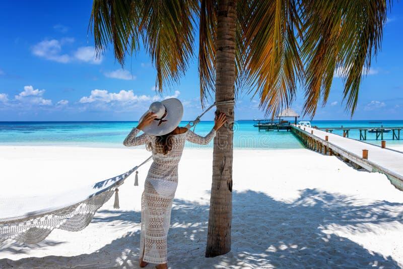 Vrouwentribunes op een tropisch paradijsstrand in de Maldiven stock afbeeldingen