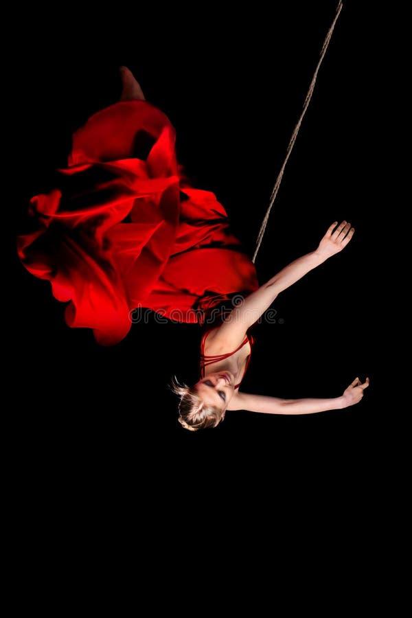 Vrouwenturner in rode kleding op kabel royalty-vrije stock foto's