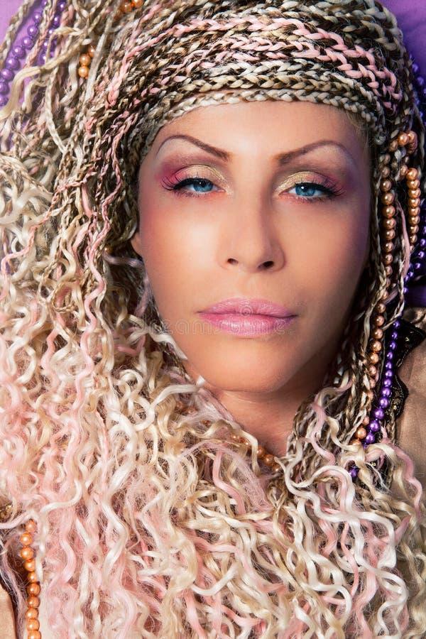 Vrouwenvlechten, make-up en toebehoren Dicht Portret stock afbeelding
