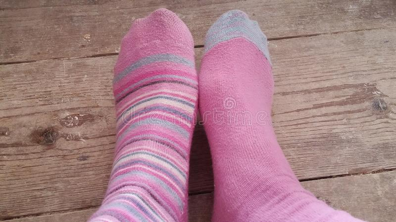 Vrouwenvoeten in twee verschillende sokken royalty-vrije stock afbeeldingen