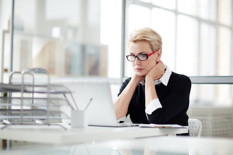 Vrouwenvoorzien van een netwerk royalty-vrije stock afbeelding