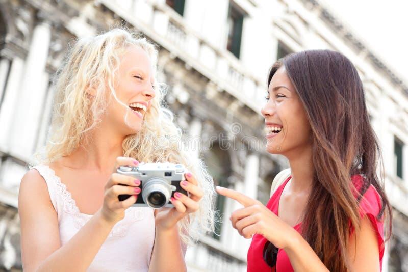 Vrouwenvrienden - meisjes die hebbend pret lachen royalty-vrije stock foto's