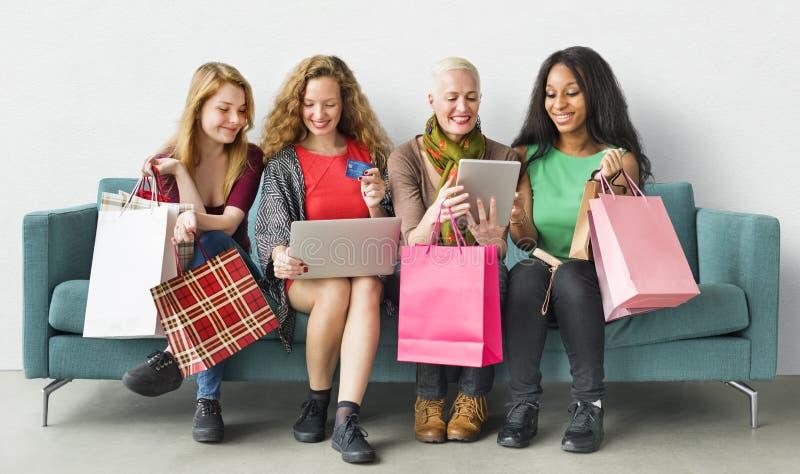 Vrouwenvrouwelijkheid het Winkelen Online Gelukconcept stock afbeelding