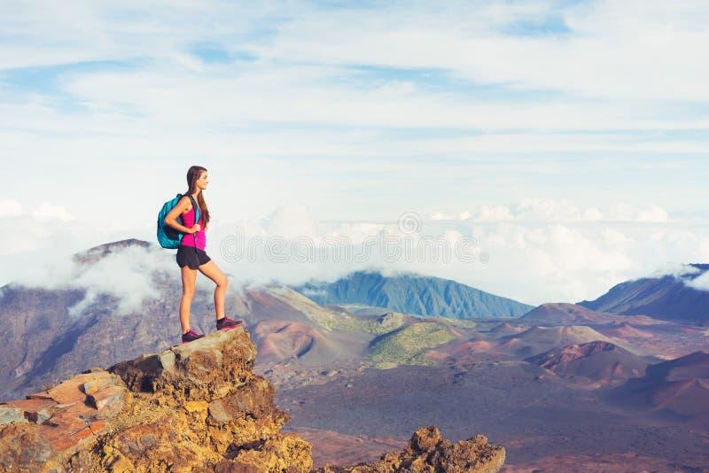 Vrouwenwandelaar in bergen genieten van in openlucht stock afbeelding