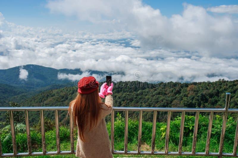 Vrouwenwandelaar die foto met cellphone nemen royalty-vrije stock afbeeldingen