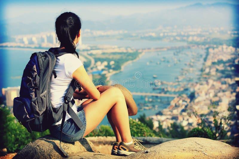 Vrouwenwandelaar die landsacpe berg van piek genieten stock fotografie