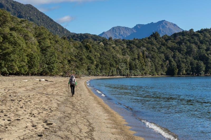 Vrouwenwandelaar die langs kust van Meer Te Anau lopen royalty-vrije stock foto