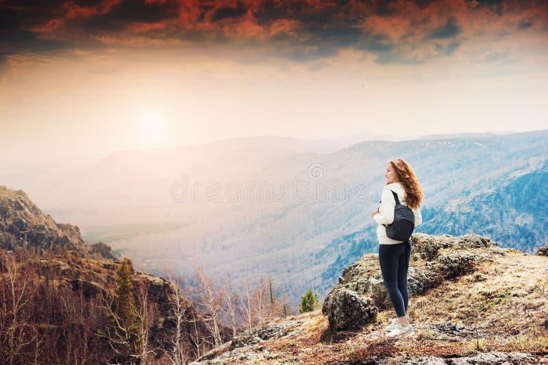 Vrouwenwandelaar die zich bovenop de berg bevinden royalty-vrije stock foto's