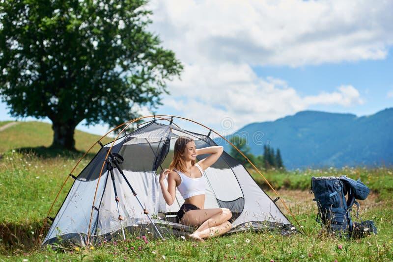 Vrouwenwandelaar in het kamperen in de bergen met rugzak in de ochtend stock afbeeldingen