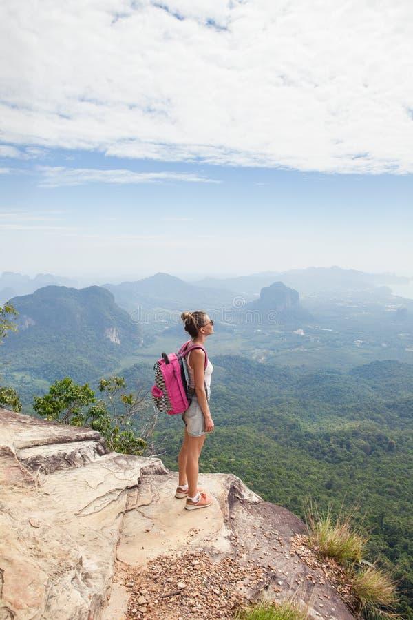 Vrouwenwandelaar het ontspannen bovenop een berg en het genieten van de van mening royalty-vrije stock afbeelding