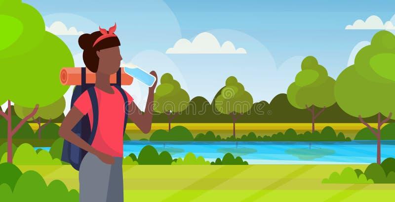 Vrouwenwandelaar met Afrikaanse Amerikaanse het meisjesreiziger van het rugzak drinkwater op stijging de mooie aard van het wande stock illustratie