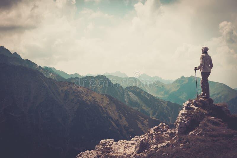 Vrouwenwandelaar op een berg royalty-vrije stock foto's
