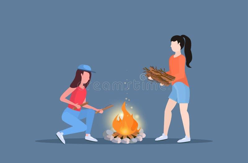 Vrouwenwandelaars die brand maken meisjes koppelen die brandhout voor reizigers van het vuur de wandelende kamperende concept op  vector illustratie