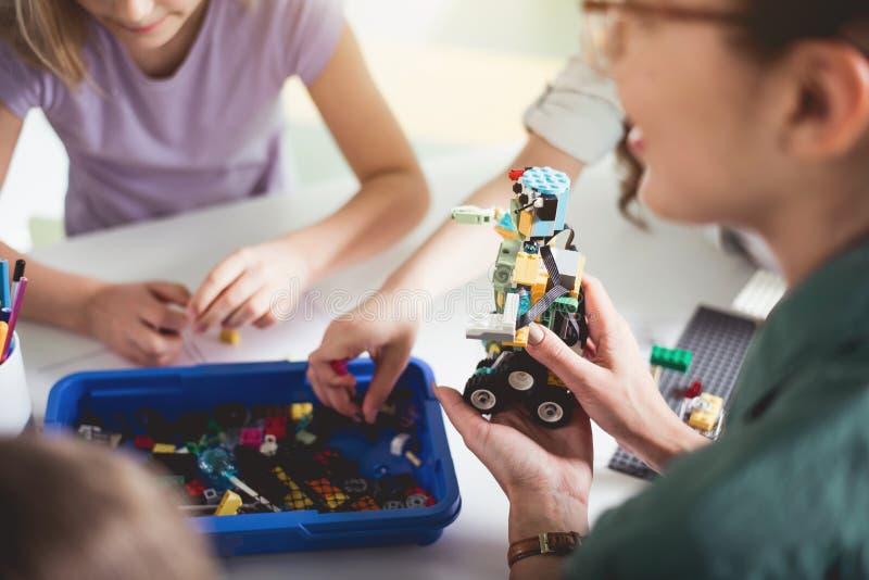 Vrouwenwapen die plastic stuk speelgoed houden stock afbeelding