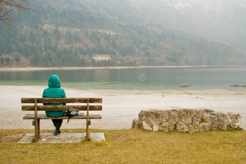 Vrouwenzitting in eenzaamheid royalty-vrije stock afbeelding