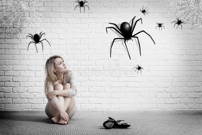 Vrouwenzitting op de vloer en het kijken op denkbeeldige spin royalty-vrije stock foto's