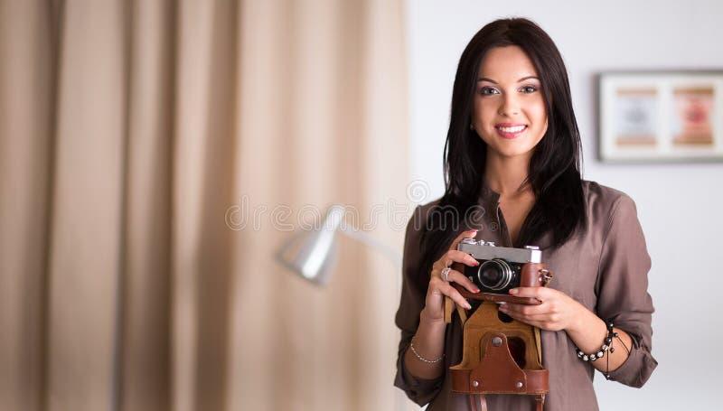 Download Vrouwenzitting Op Een Bank In Haar Huis Met Camera Stock Afbeelding - Afbeelding bestaande uit kaukasisch, camera: 107705737
