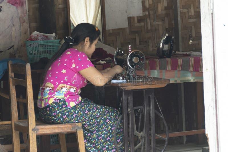 Vrouwenzitting op een naaimachine royalty-vrije stock foto