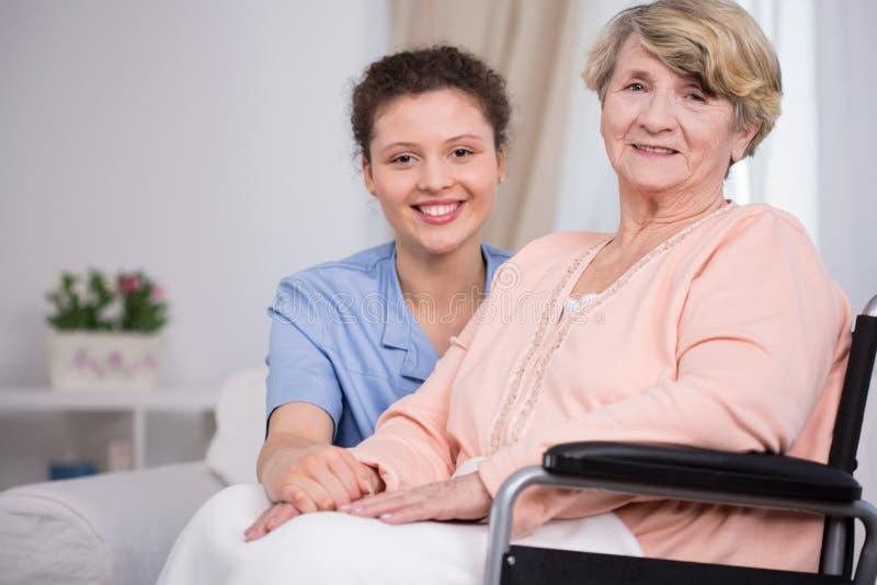 Vrouwenzitting op een rolstoel royalty-vrije stock foto