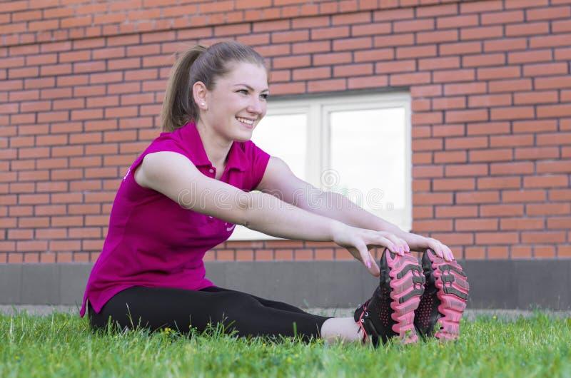 Vrouwenzitting op het Gras stock fotografie