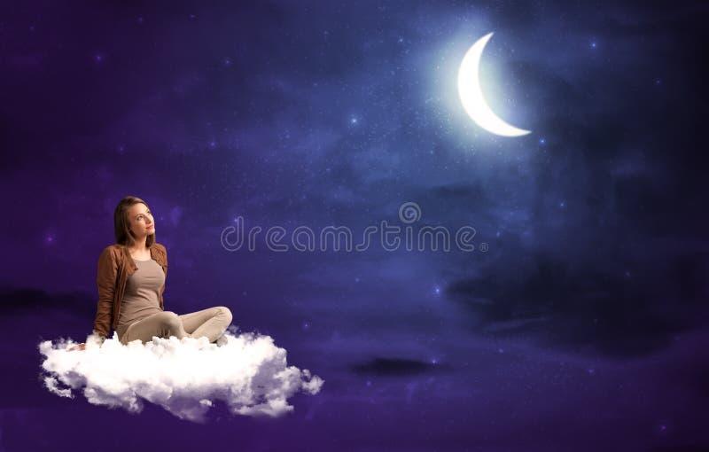 Vrouwenzitting op wolk stock afbeeldingen