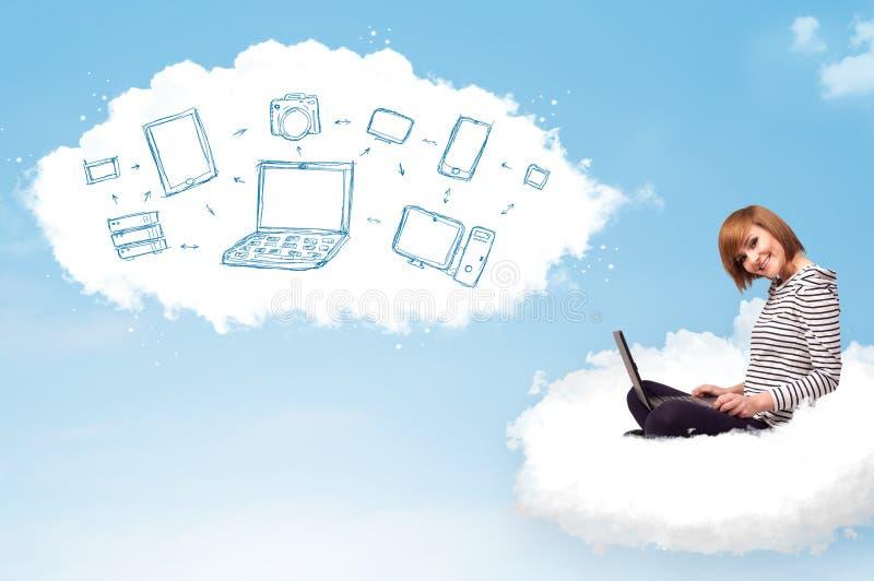 vrouwenzitting in wolk met laptop stock afbeeldingen