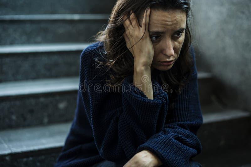 Vrouwenzitting Zwaar op de Trap stock foto