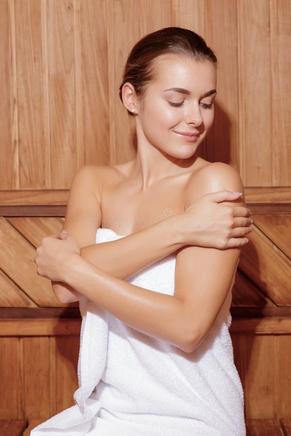 Vrouwenzorgen na haar lichaam stock afbeelding