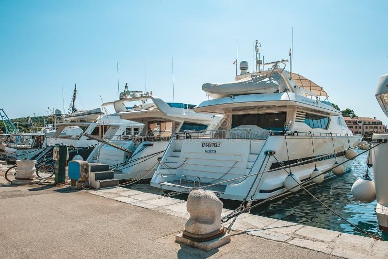 8 28 2012 Vrsar Хорватия Койка для причаливать рыбацкие лодки и яхты на Средиземном море на зоре Vrsar Хорватия стоковое фото rf