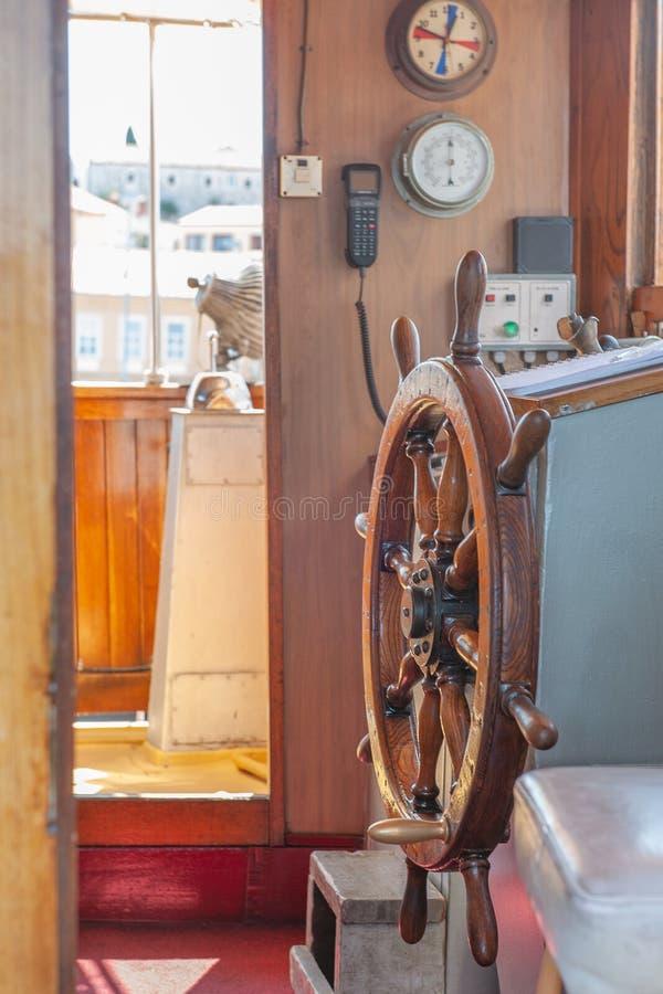 8 28 2012 Vrsar Croatie Couchette pour des bateaux P?che en Mer Adriatique Le capitaine roulent dans la cabine du capitaine sur a image stock