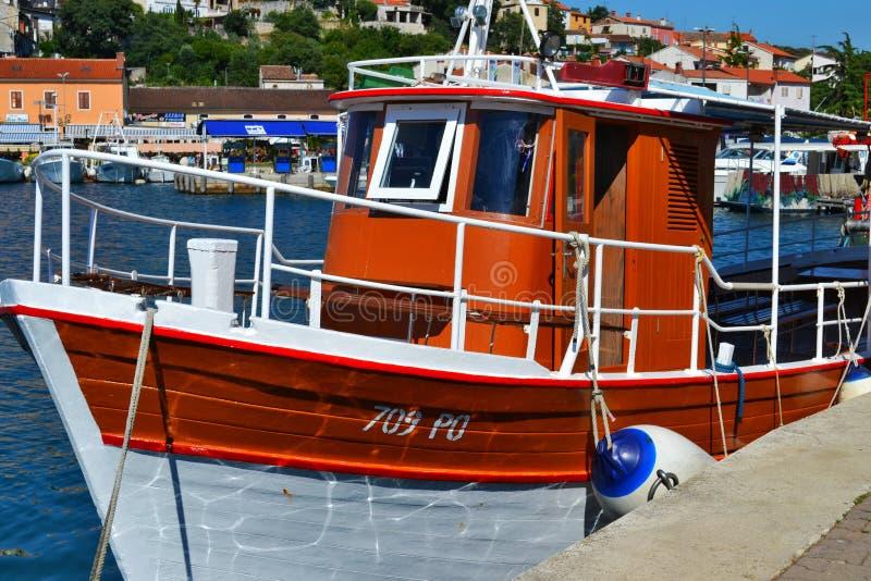 Vrsar, Istria/Хорватия - 27-ое июня 2011: Белая и коричневая небольшая рыбацкая лодка в Марине Vrsar стоковое фото rf