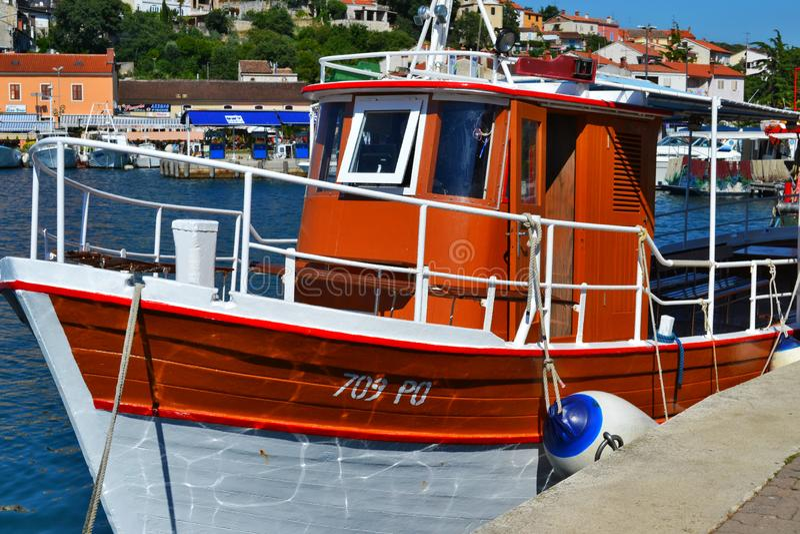 Vrsar, Istria/Croácia - 27 de junho de 2011: Barco de pesca pequeno branco e marrom no porto de Vrsar foto de stock royalty free