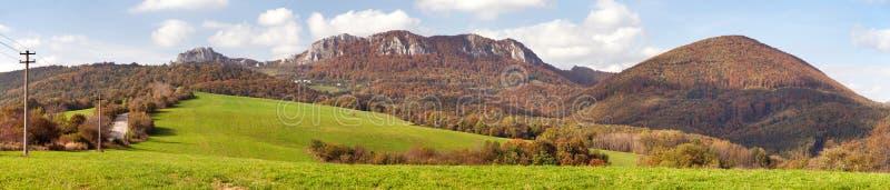 Vrsatec和Vrsatecke Podhradie村庄-斯洛伐克 库存照片
