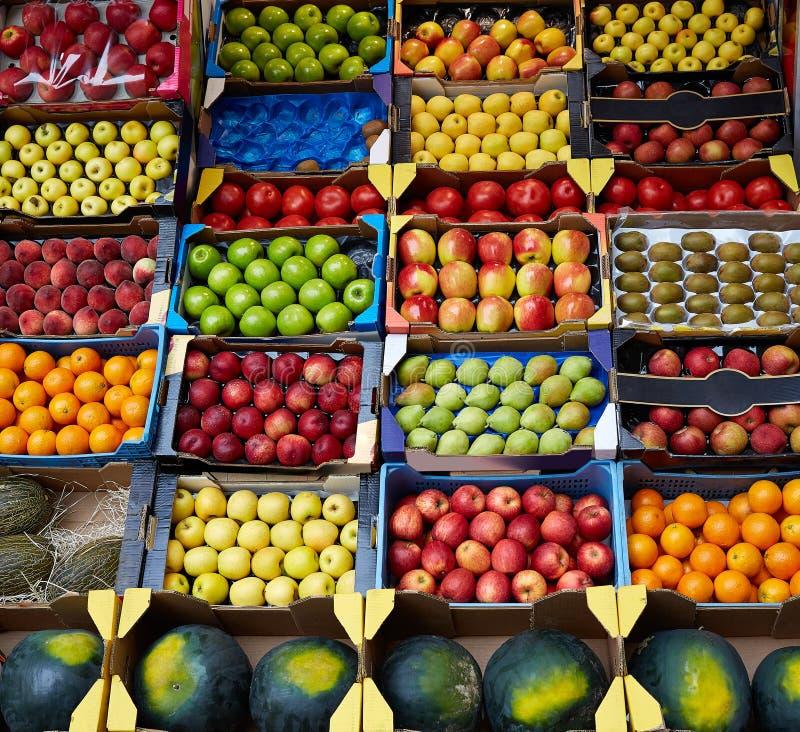 Vruchten achtergrond in dozenvertoning bij markt stock foto