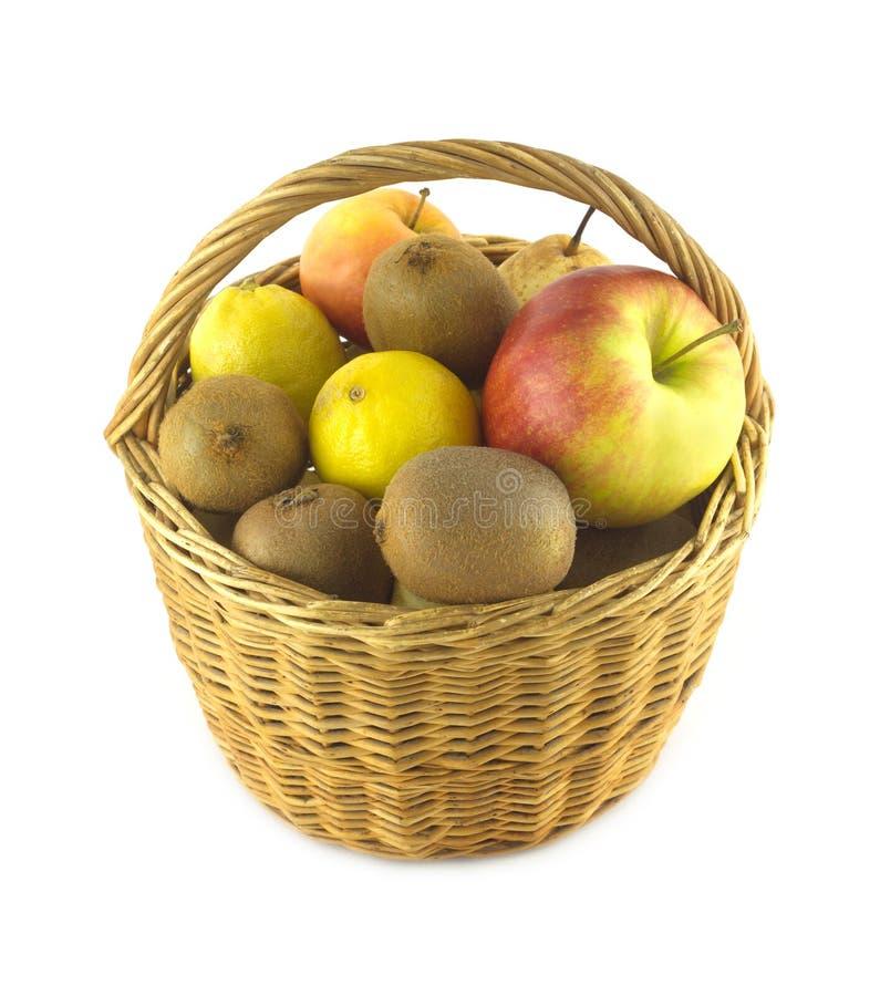 Vruchten in bruine rieten geïsoleerde mand stock foto's