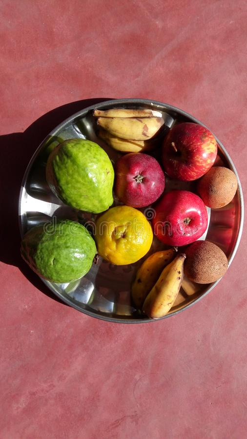 Vruchten in een plaat stock foto's