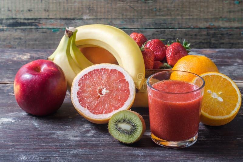 Vruchten en bes smoothie stock afbeeldingen